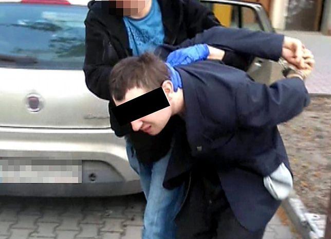 """Zatrzymano podejrzanego o pedofilię. """"Zwabiał dzieci do mieszkania, rozbierał i dotykał"""". [WIDEO]"""