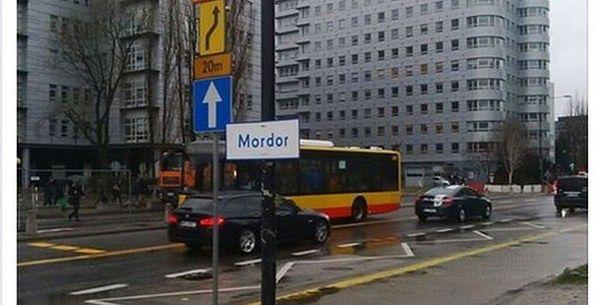 """""""Mordor"""" na Domaniewskiej. Służby szybko zajęły się tabliczką na Mokotowie"""