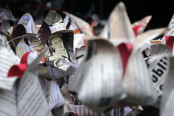 Zdjęcia zamordowanej umieszczono w papierowych kwiatach, które złożono pod tablicą przypominającą o śmierci Politkowskiej