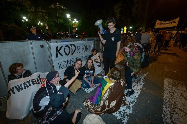 Nocne protesty przed Sejmem. Część demonstrantów została