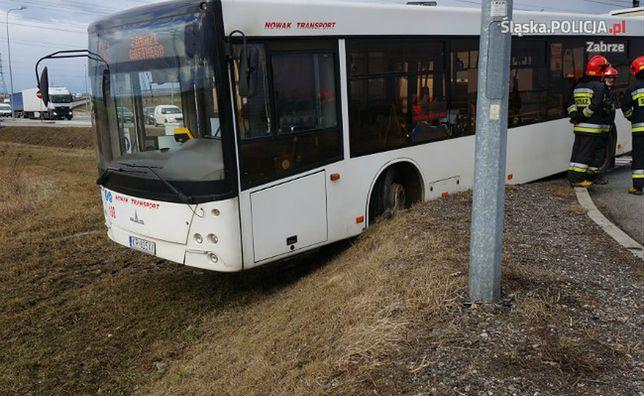 Kierowca autobusu stracił przytomność. Przejechał rondo na wprost