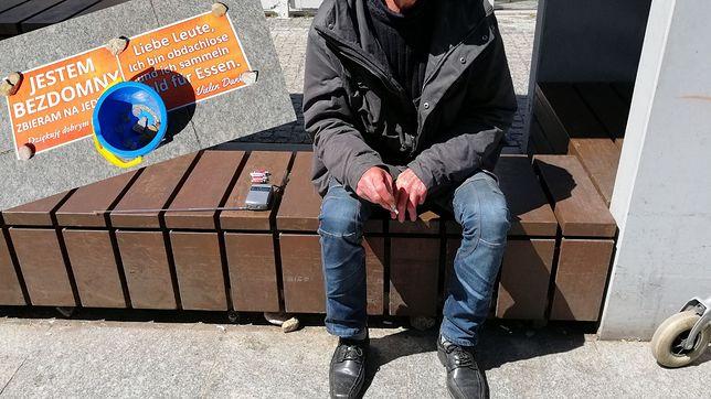 """Bezdomni nad morzem zbierają """"po niemiecku"""". """"Niemcy są hojniejsi, czasem wrzucają po 10 euro"""""""