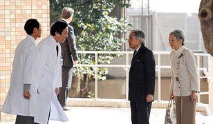 Personel medyczny kliniki  wita cesarza Akihito i jego małżonkę, cesarzową Michiko