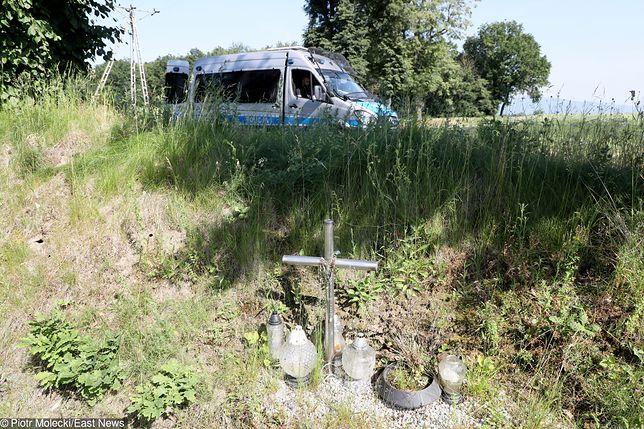 Zabójstwo 10-letniej Kristiny z Mrowin. Policyjny samochód w okolicy znalezienia ciała dziewczynki