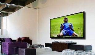 Jak się bawić, to na bogato. Za gigantyczny telewizor Sharp co prawda musimy dać aż 27 000 zł, ale w zamian dostajemy ekran Full HD w pełnym podświetleniu LED o przekątnej wynoszącej ponad dwa metry! Możemy zrobić zrzutkę wśród sąsiadów z bloku, zakupiony telewizor postawić obok trzepaka i dzięki takim wymiarom całe osiedle będzie mogło poczuć się jak na stadionie.