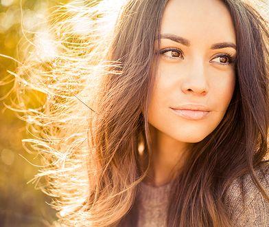 Zarówno proste, jak i kręcone włosy puszą się w okresie jesiennym szczególnie