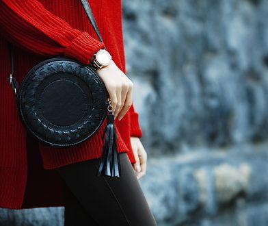 Modne nerki i listonoszki urozmaicą jesienne stylizacje z płaszczem lub kardiganem