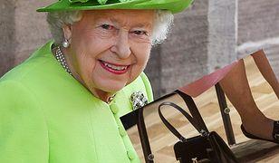 Królowa Elżbieta zawsze ma przy sobie małą torebkę