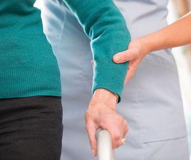 Wnuczkę zaniepokoiły ślady siniaków na ciele 80-latki