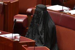 Kontrowersyjny protest. Przeciwna imigracji senator zjawiła się w parlamencie w burce