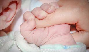 Noworodek urodził się przez cesarskie cięcie. Miał rany klatki piersiowej