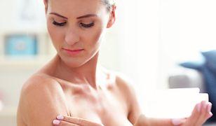 Regularne wykonywanie masażu biustu może zapobiec utracie jędrności piersi.