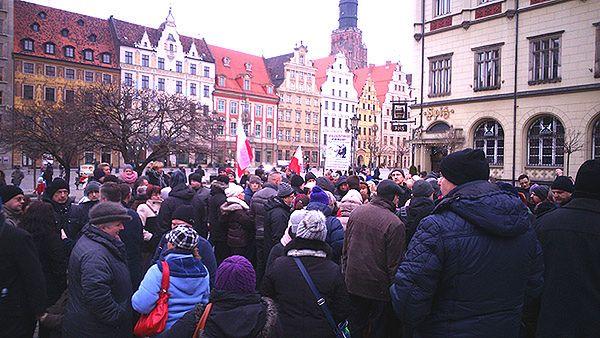 """Protest frankowiczów na wrocławskim Rynku. """"Byliśmy oszukiwani przez banki"""""""