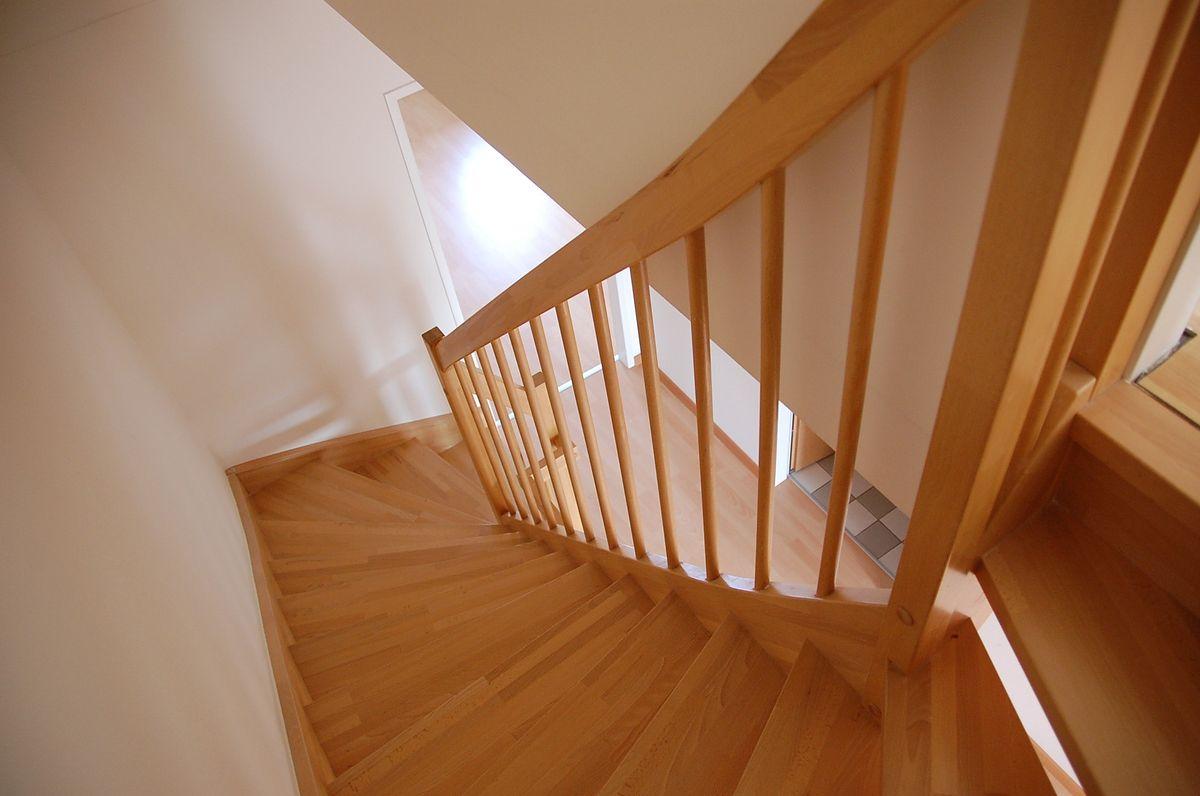 Schody drewniane dobrym rozwiązaniem do domu