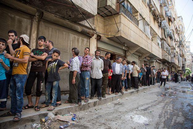 Kolejka po chleb w jednej z dzielnic kontrolowanej przez przeciwników Asada; 12 lipca