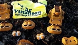 Morskie fale od lat wyrzucały kawałki pomarańczowych obiektów z plastiku w kształcie grubego kota Garfielda na 20-kilometrowy pas wybrzeża między gminami Plougonvelin i Plouarzel.