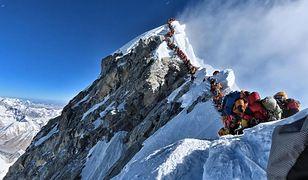 Mount Everest. Tragedia przez kolejkę na szczycie