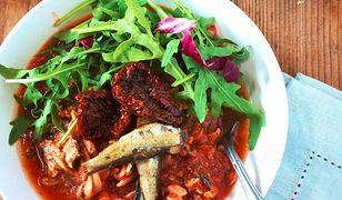 Ryba na piątek: makaron ze szprotkami w pomidorach