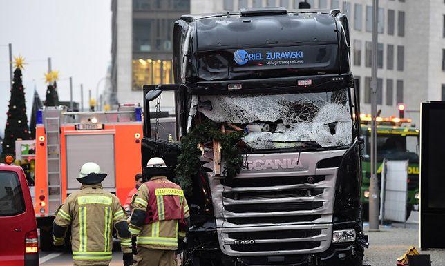 Polska ciężarówka na miejscu zamachu w Berlinie.