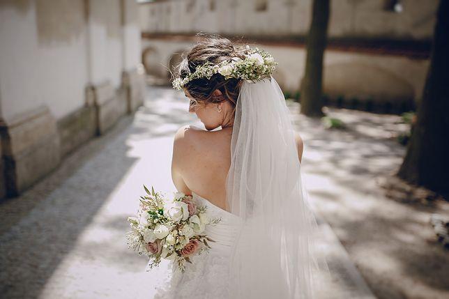 Panna młoda włożyła bardzo nietypową suknię ślubną. Skąpy crop top nie pozostawił wiele dla wyobraźni