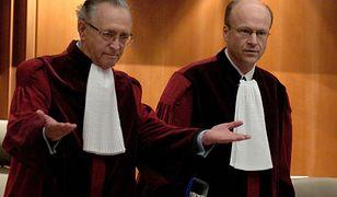 """Prezes Trybunału w Luksemburgu Koen Lenaerts (z prawej): """"Jeśli zapada decyzja o zastosowaniu środków tymczasowych, to należy się do niej bezzwłocznie zastosować""""."""