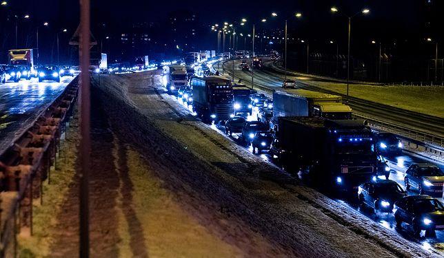 Marznący deszcz i mżawka pokryły drogi warstewką lodu