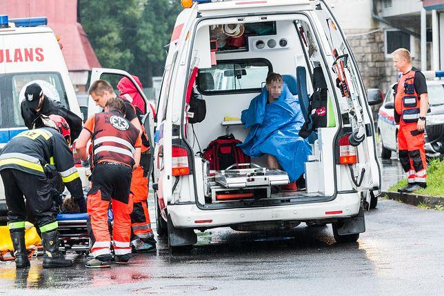 Ratownicy udzielają pierwszej pomocy poszkodowanym w Tatrach