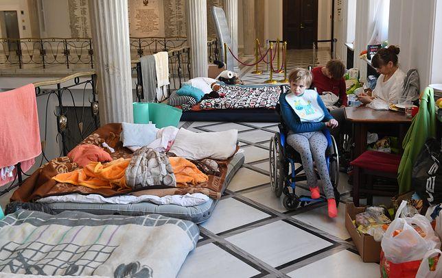 Opiekunowie nie przerywają protestu