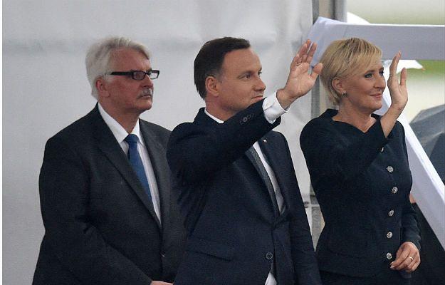 Pożegnanie Franciszka na lotnisku w Balicach. Witold Waszczykowski, Andrzej Duda i Agata Duda