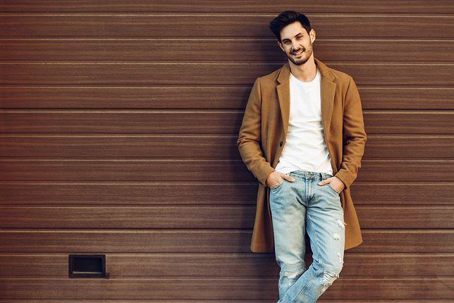 Płaszcz jest bardzo uniwersalny, bo można go nosić zarówno do garnituru, jak i do jeansów