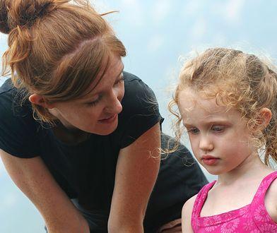 Matka, kobieta rozmawia z dzieckiem