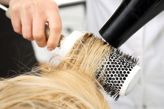 Masz już dosyć elektryzujących się włosów? Proste i sprawdzone sposoby