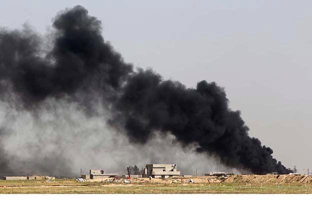 Pole naftowe podpalone przez dżihadystów, na północ od Tikritu, 9 kwietnia