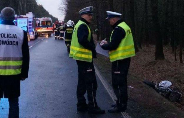 Wypadek koło Elbląga. Pod kołami samochodu zginął 21-latek. Są wstępne ustalenia policji