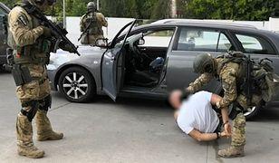 Kraków. W poniedziałek przed M1 zatrzymano 26 mężczyzn