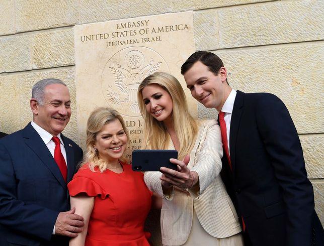 Ivanka Trump robi sobie selfie z mężem i małżeństwem Netanjahu przed ambasadą USA w Jerozolimie