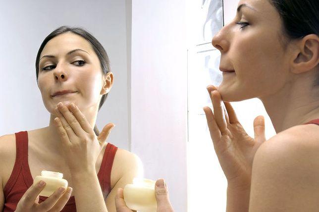 Doradzamy, jak skutecznie walczyć z rozszerzonymi porami przy pomocy kosmetyków oraz prostych nawyków