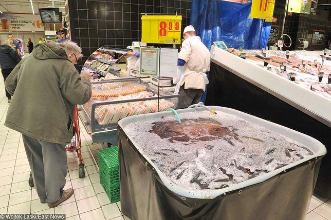 Coraz więcej sieci rezygnuje z sprzedaży żywych ryb. Ale ekolodzy mówią, że walka o humanitarne traktowanie karpia nie jest skończona