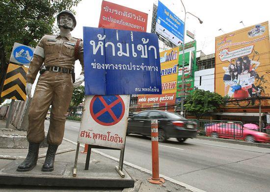 Policjant-manekin to postrach kierowców - zdjęcia