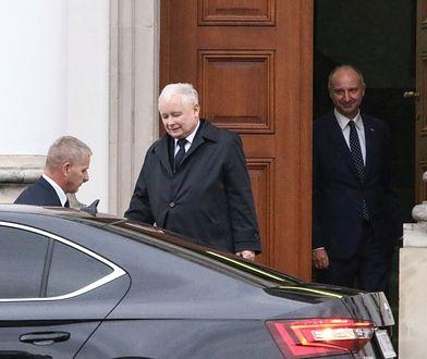 Jarosław Kaczyński wychodzi z Belwederu. Żegna go prezydencki minister Wojciech Kolarski.