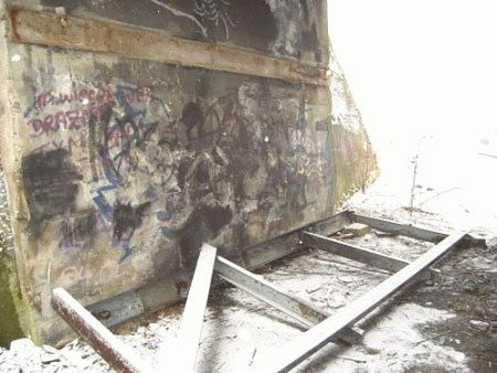 Złomiarze z palnikami rżnęli most
