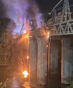 Rzym. Zabytkowy most stanął w ogniu