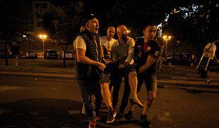 Mińsk, Białoruś. Na zdjęciu z 09.08.2020 demonstranci udzielają pomocy rannemu mężczyźnie po zamknięciu lokali wyborczych podczas wyborów prezydenckich w Mińsku na Białorusi (sko) PAP/Anna Ivanova