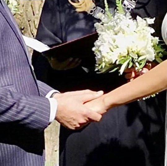 Piotr Adamczyk i jego żona w trakcie uroczystości ślubnej
