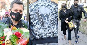 Norbi zmierza na pogrzeb Krzysztofa Krawczyka w adidasach i kurtce z... CZASZKĄ (ZDJĘCIA)