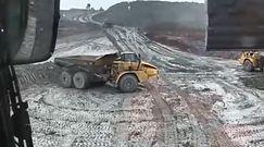 Budowlańcy się bawią dużą ciężarówką na placu budowy jak resorakiem w piaskownicy