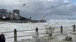 Kapsztad. Piana morska na ulicach miasta. Skutki silnej nawałnicy
