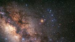 Fascynująca gromada gwiazd. Pełno w niej czarnych dziur