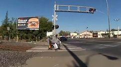 Utknął wózkiem na przejeździe kolejowym. Policjantka miała kilka sekund na ratunek