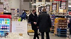 Andrzej Duda w obstawie ochroniarzy robi zakupy spożywcze